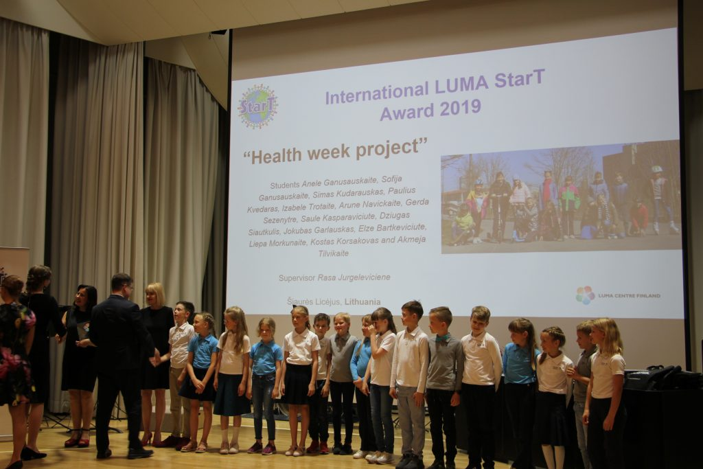 "The Lithuanian ""Health Week"" project team receiving their award from the Chair of the LUMA Cantre Finland, prof. Jan Lundell."