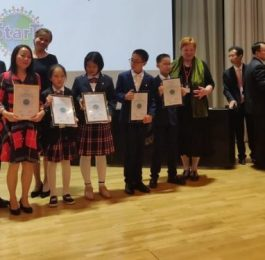 A learning community getting their award in international LUMA StarT Awards