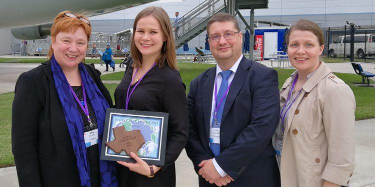 LUMA-keskus Suomen edustajat esittelevät palkintoaan Houstonin avaruuskeskuksessa.