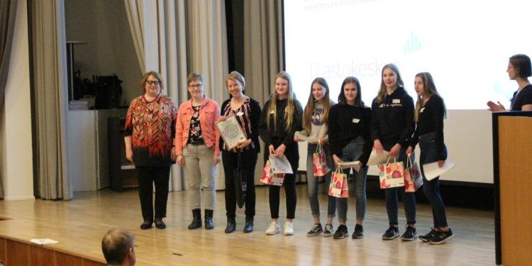 Tilastokeskus palkitsi ryhmän oppilaita nimikkostipendillä kevään StarT-festivaaleilla.