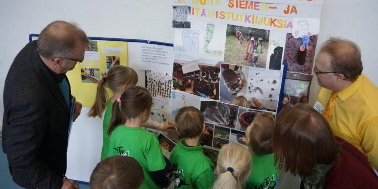 Puuhiset esittelemässä projektiaan tuomaristolle Lappeenrannan StarT-festivaaleilla.