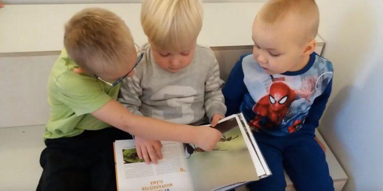 lapset lukemassa kirjaa.