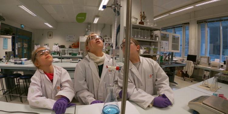 lapset tekemässä kemian projektia.