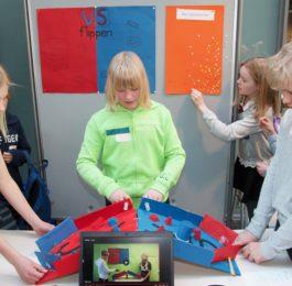 Lapset esittelevät projektiaan.
