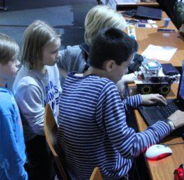 Oppilaat katsovat projektia tietokoneelta. Yleisöäänestys alkaa 15.3.