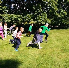 Lapset juoksevat kesäleirillä.